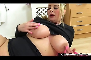 English milf Heidi copulates a dildo in bathroom