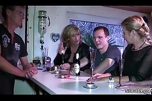 Drei geile MILFs schleppen Jungspund auf Bandeau ab